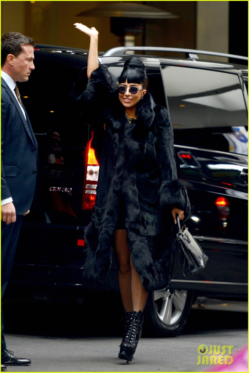 lady gaga reunites with pet pooch asia at lax airport 07