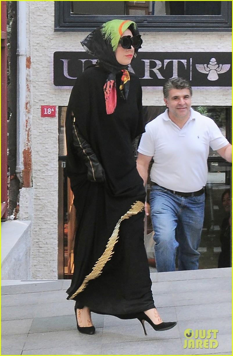 lady gaga sports hijab covers up in turkey 033200658