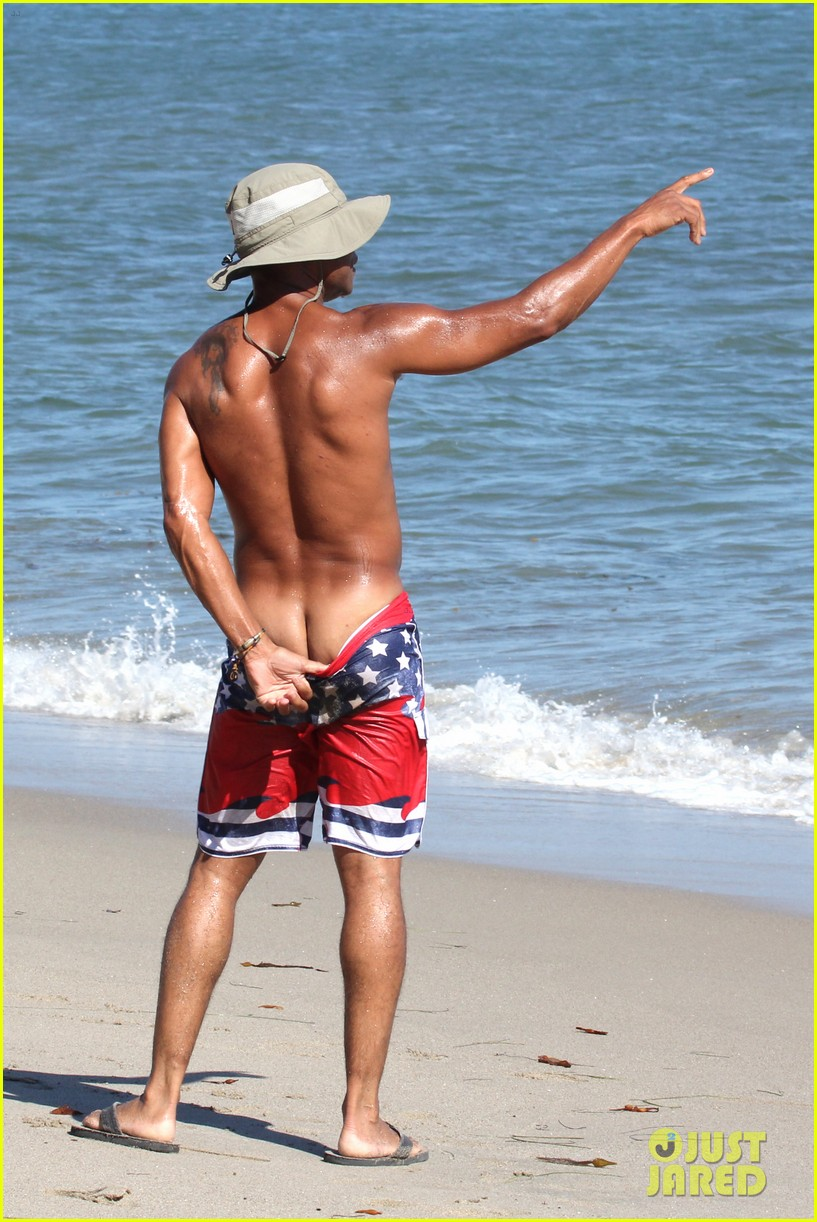 cuba gooding jr flashes his butt looks ripped beach 093187612