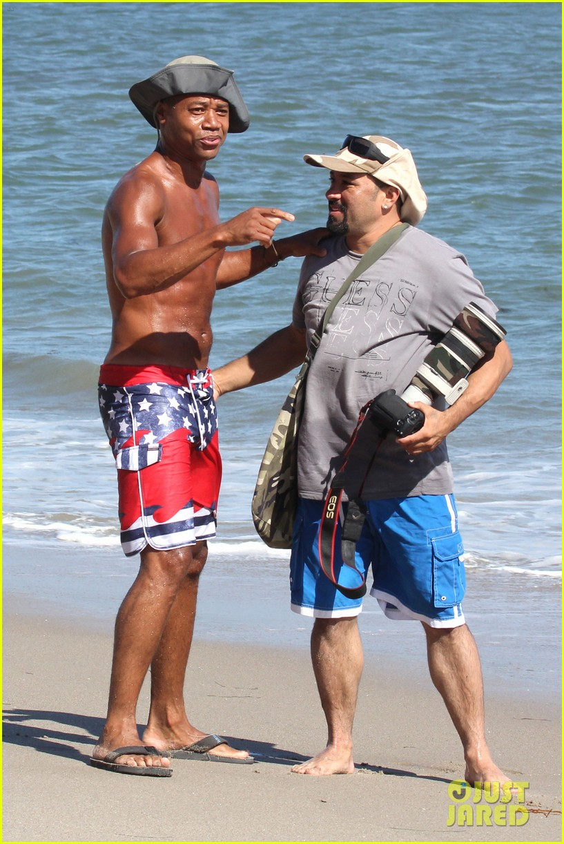 cuba gooding jr flashes his butt looks ripped beach 143187617