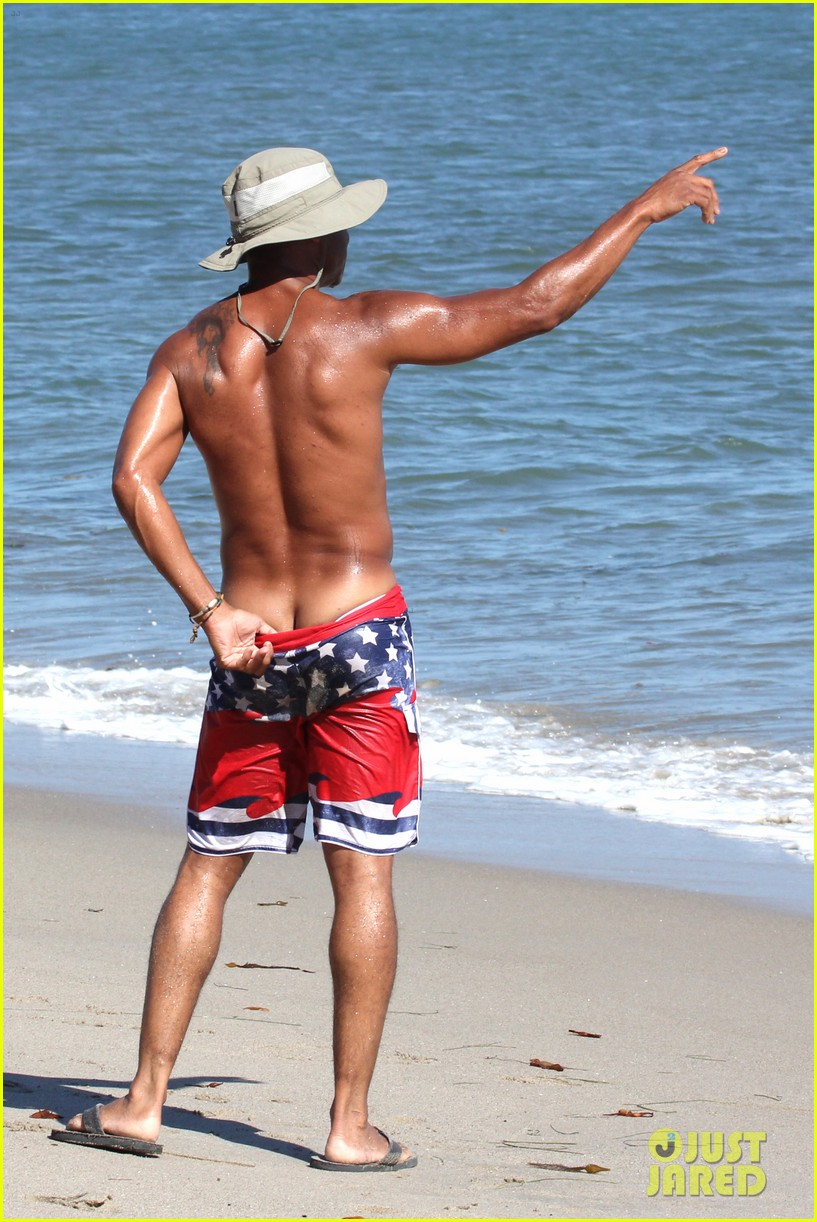 cuba gooding jr flashes his butt looks ripped beach 153187618