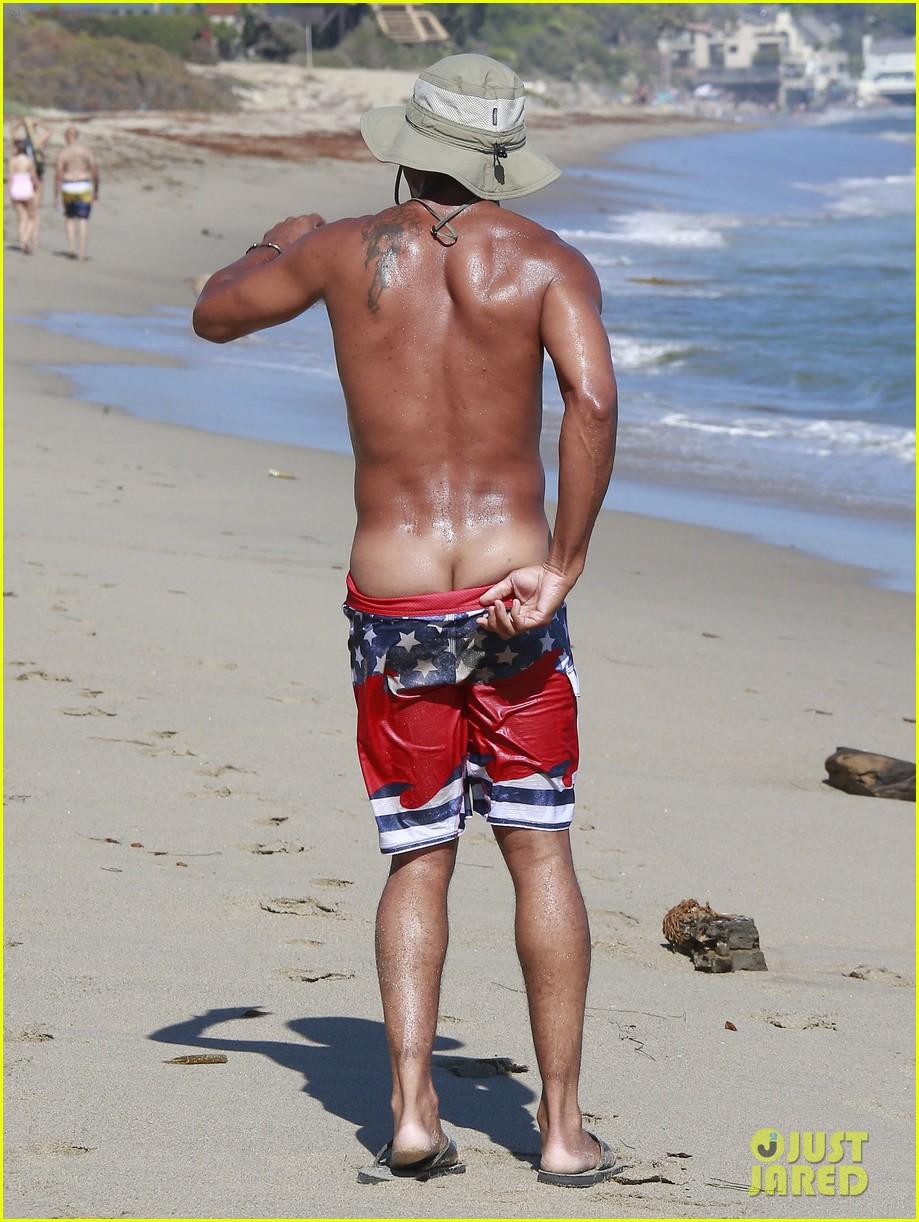 cuba gooding jr flashes his butt looks ripped beach 203187623