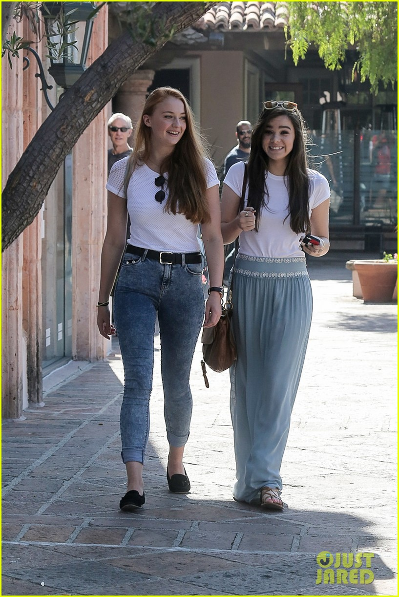hailee steinfeld sophie turner hold hands girls day 013187112