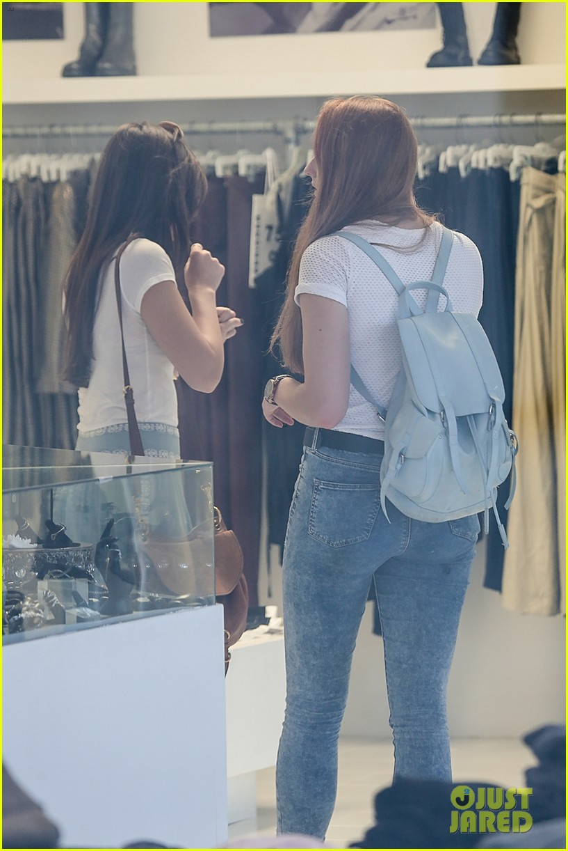hailee steinfeld sophie turner hold hands girls day 073187118