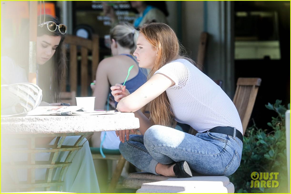 hailee steinfeld sophie turner hold hands girls day 203187131