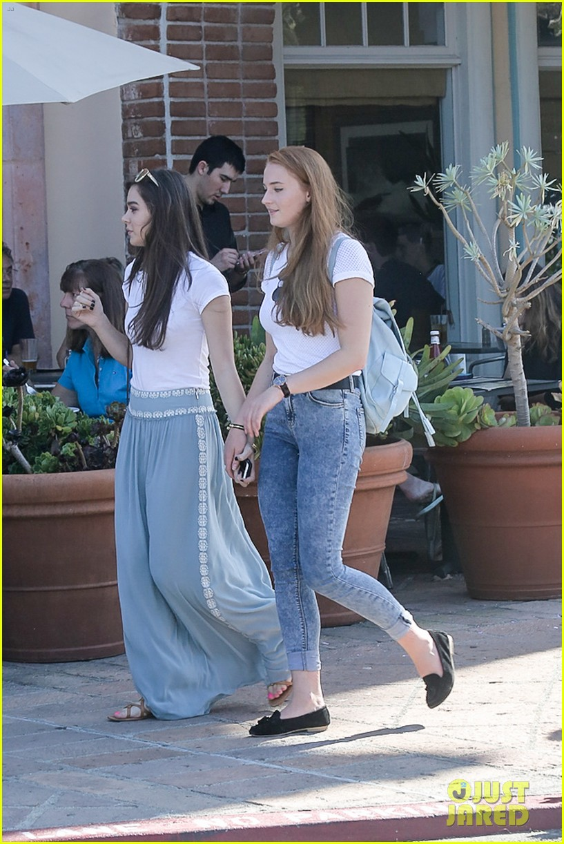 hailee steinfeld sophie turner hold hands girls day 24
