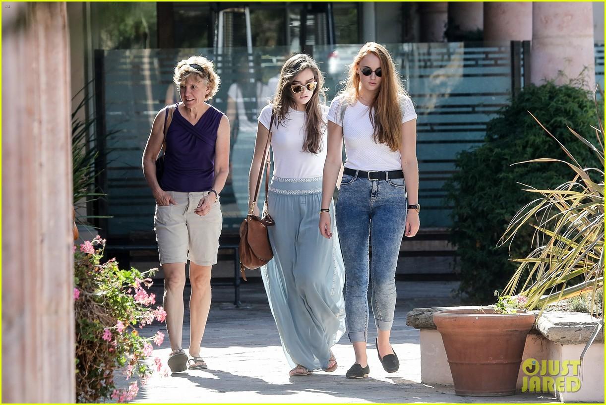 hailee steinfeld sophie turner hold hands girls day 253187136