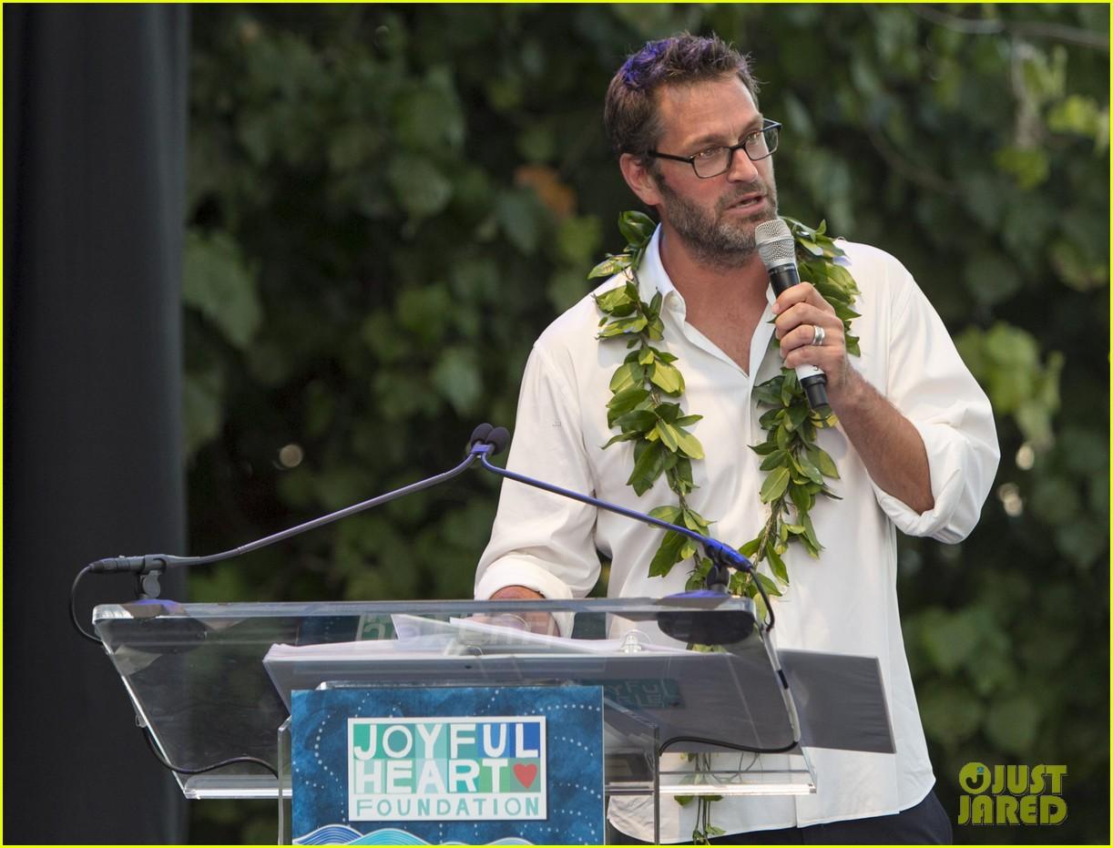 mariska hargitay finds joy in hawaii with hubby peter hermann 073187529