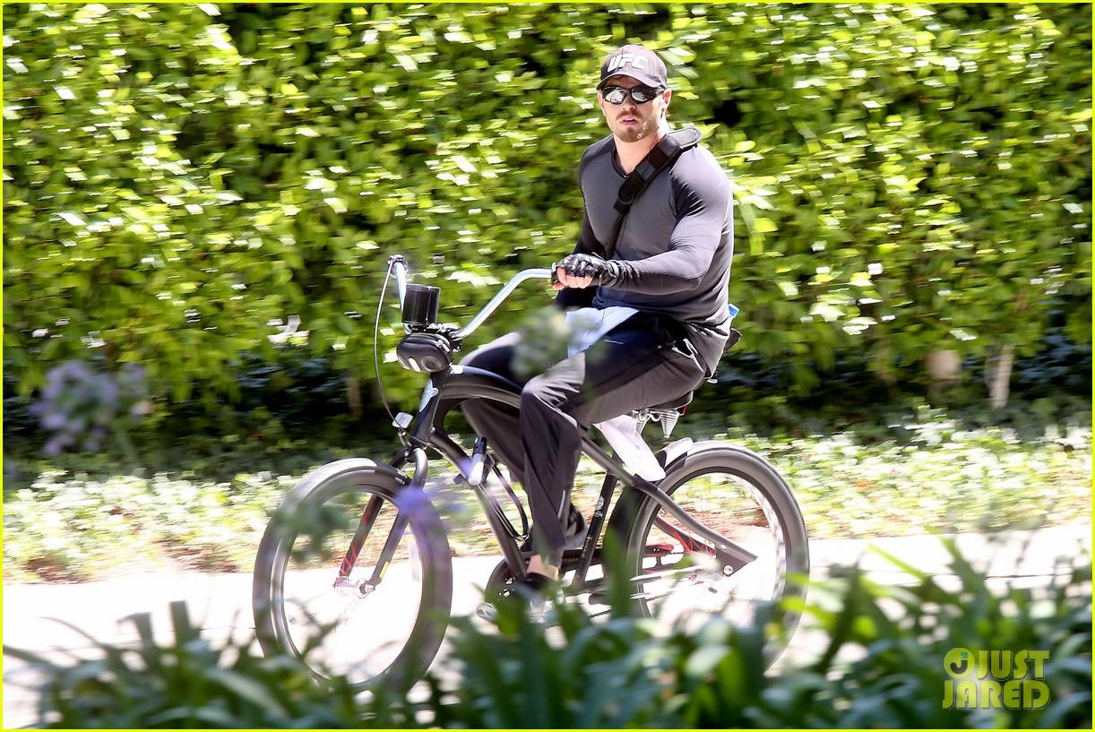 kellan lutz bikes around venice beach 033194908