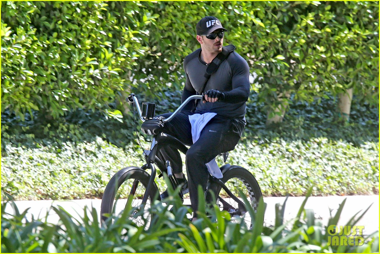kellan lutz bikes around venice beach 073194912