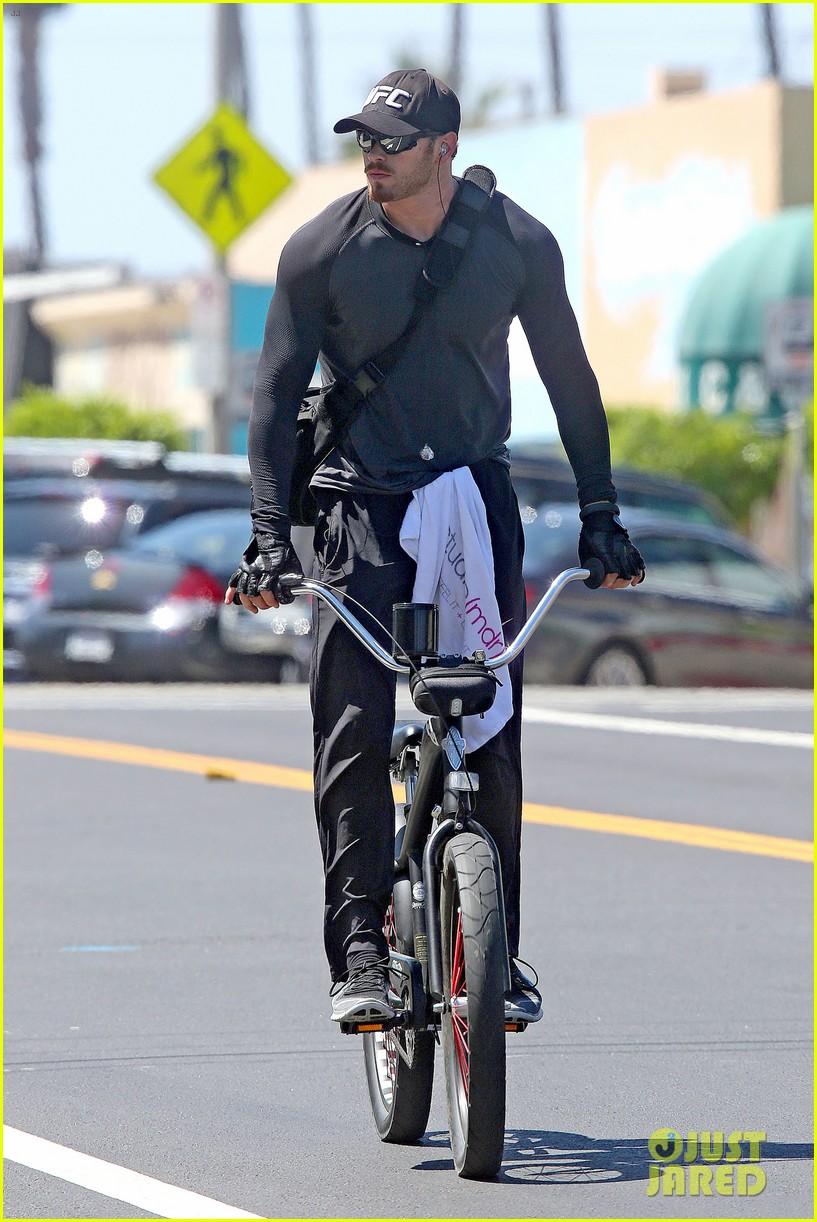 kellan lutz bikes around venice beach 093194914
