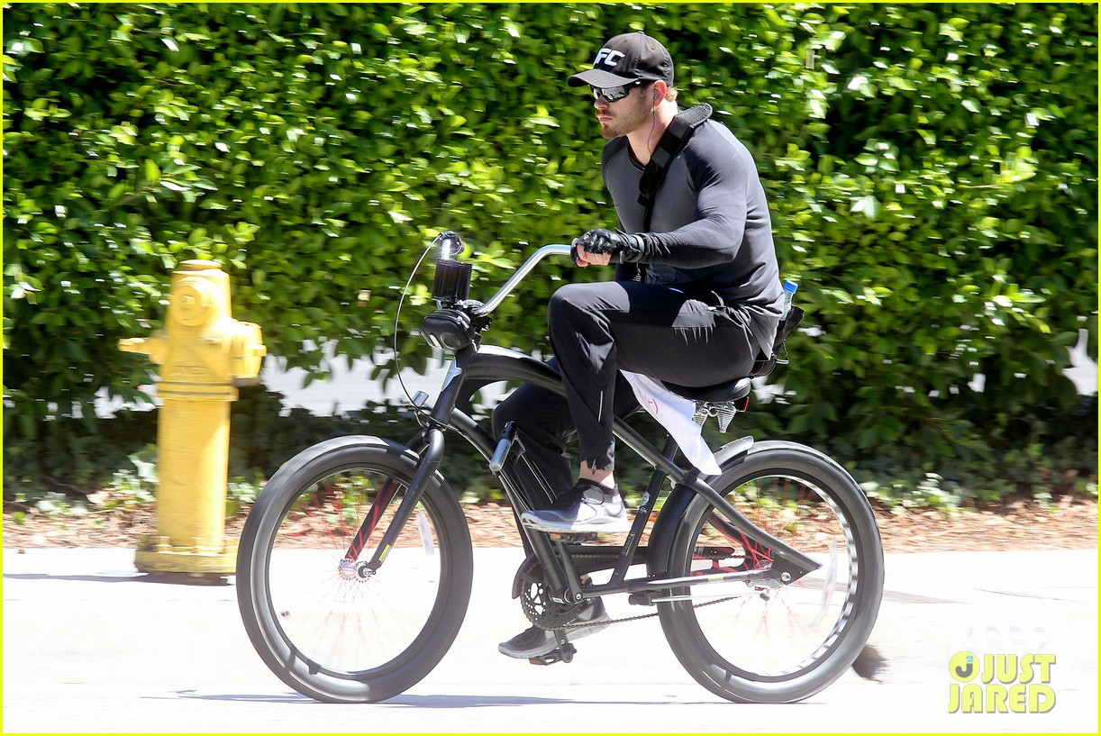 kellan lutz bikes around venice beach 103194915