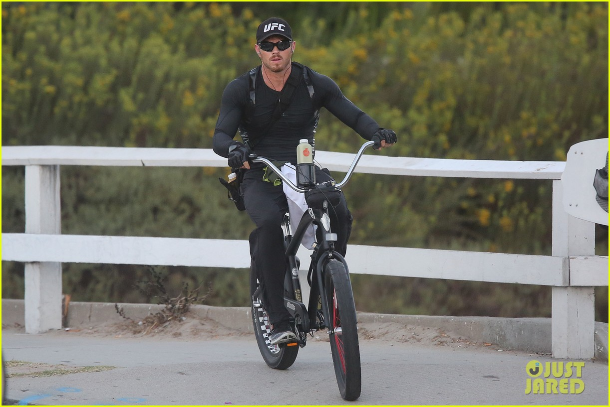 kellan lutz bikes to pilates class dinner 073194923