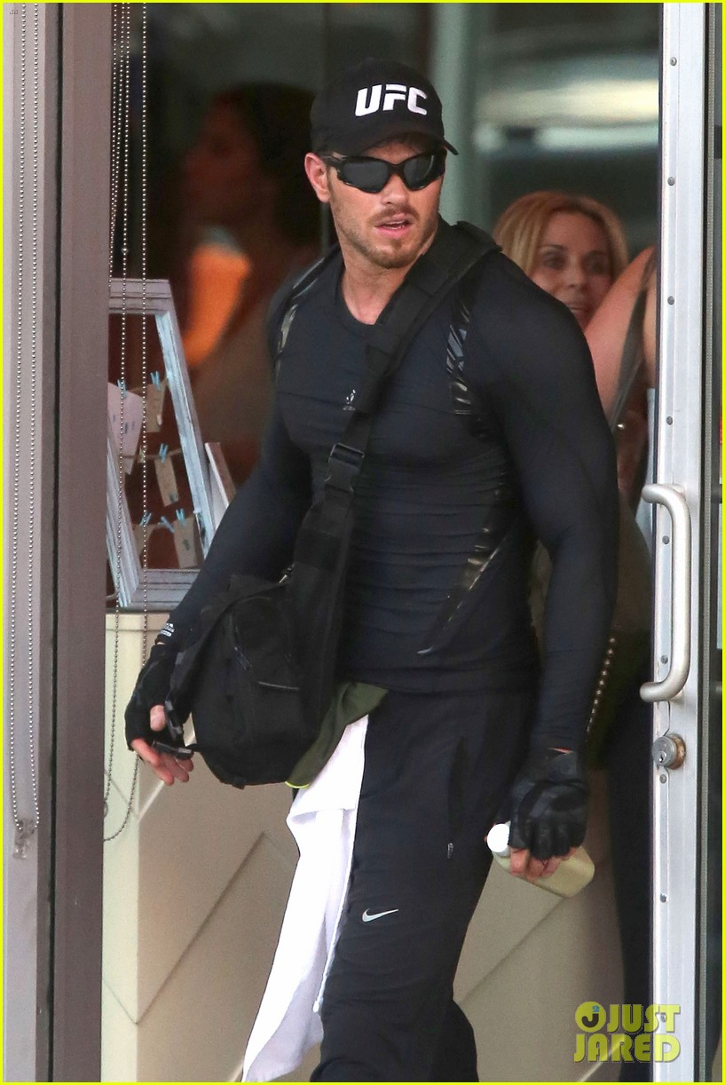 kellan lutz bikes to pilates class dinner 083189132