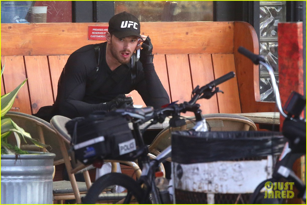 kellan lutz bikes to pilates class dinner 093189133