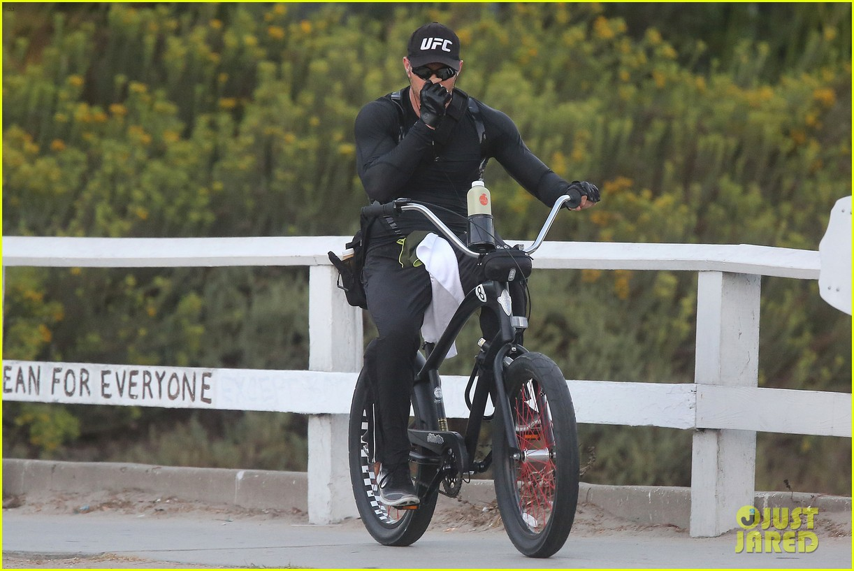 kellan lutz bikes to pilates class dinner 25