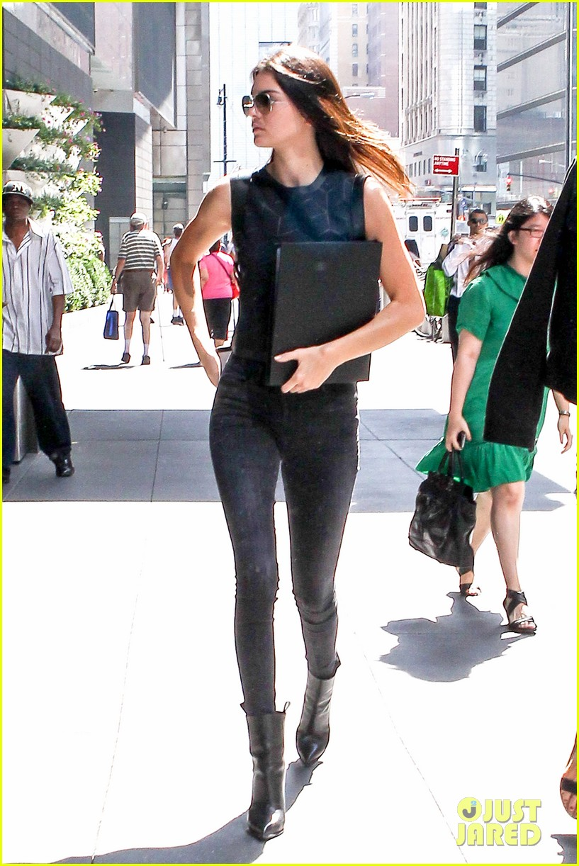 kendall jenner business mtg hailey baldwin kylie 113187972
