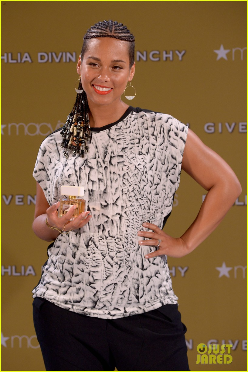 alicia keys flaunts small baby bump 123188256
