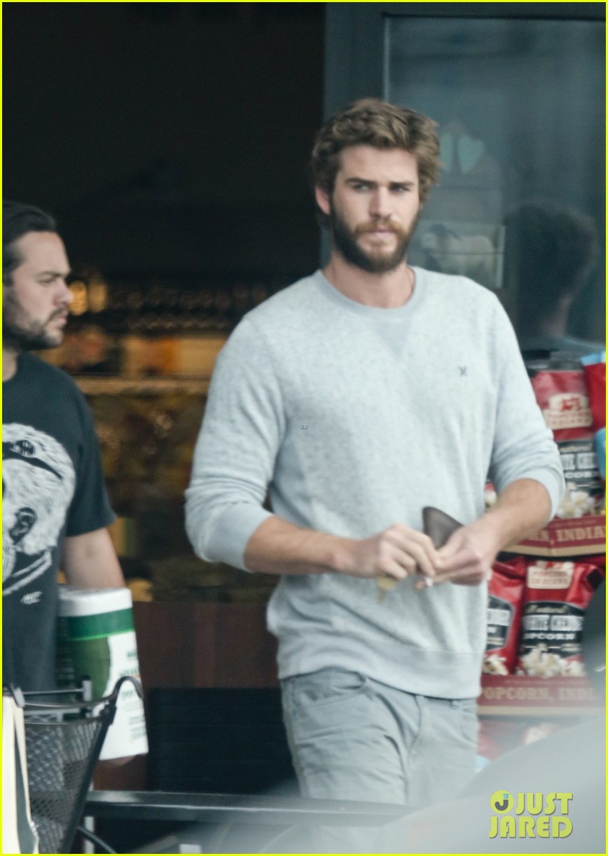 liam hemsworth steps out after miley cyrus love declaration 023189244