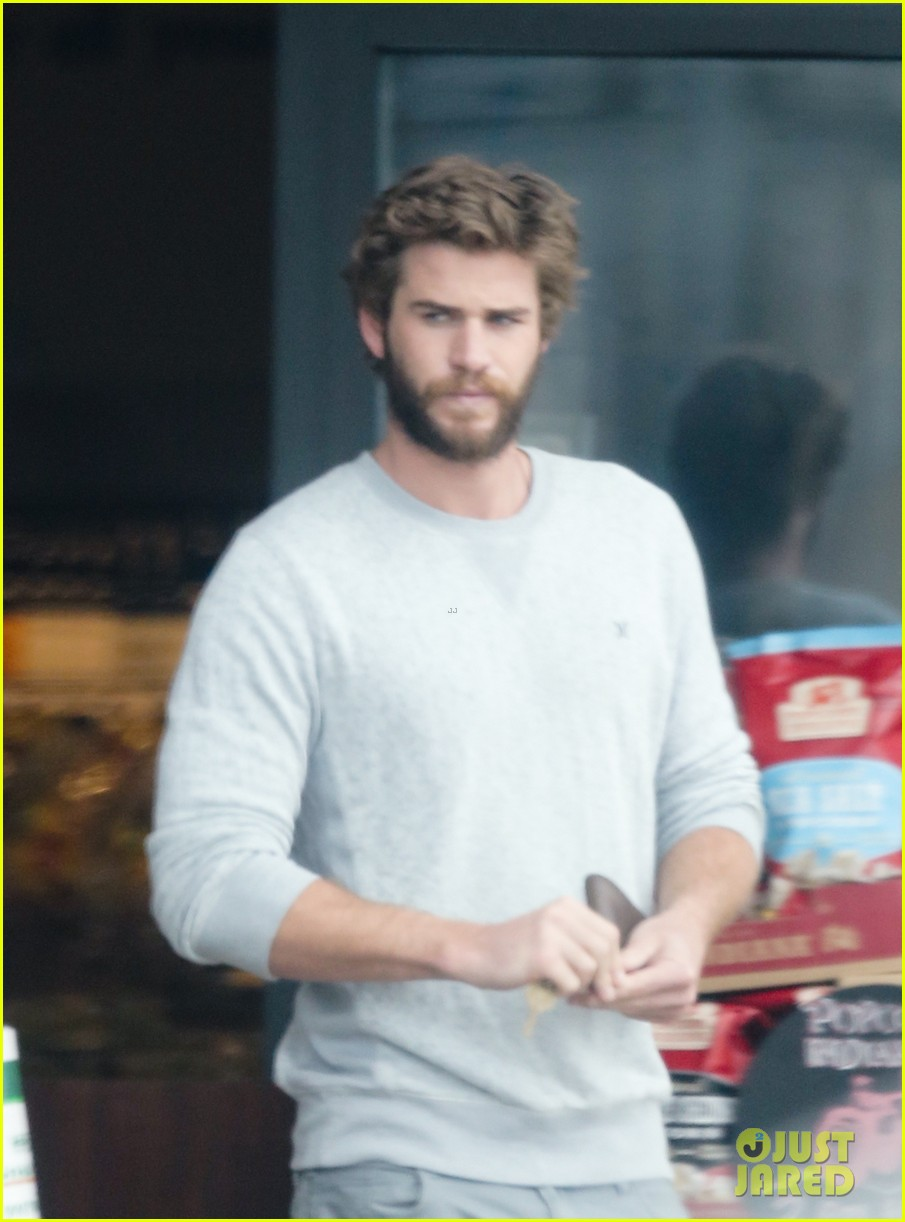 liam hemsworth steps out after miley cyrus love declaration 113189253