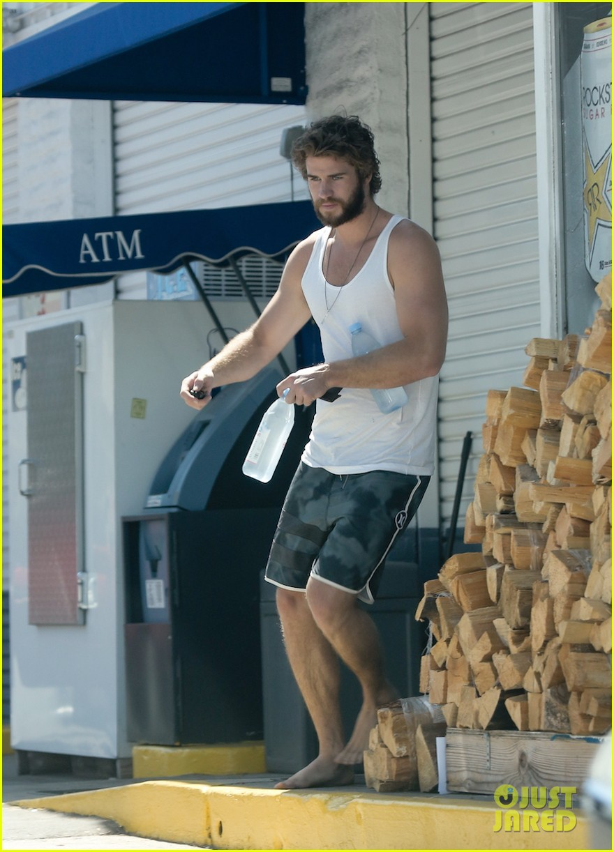 liam hemsworth barefoot store run 013189413