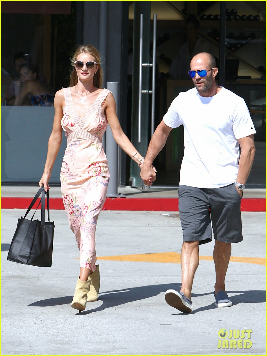 rosie huntington whiteley jason statham hold hands labor day weekend 013187246