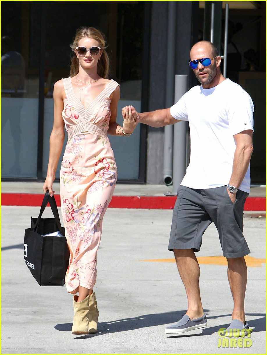 rosie huntington whiteley jason statham hold hands labor day weekend 103187255