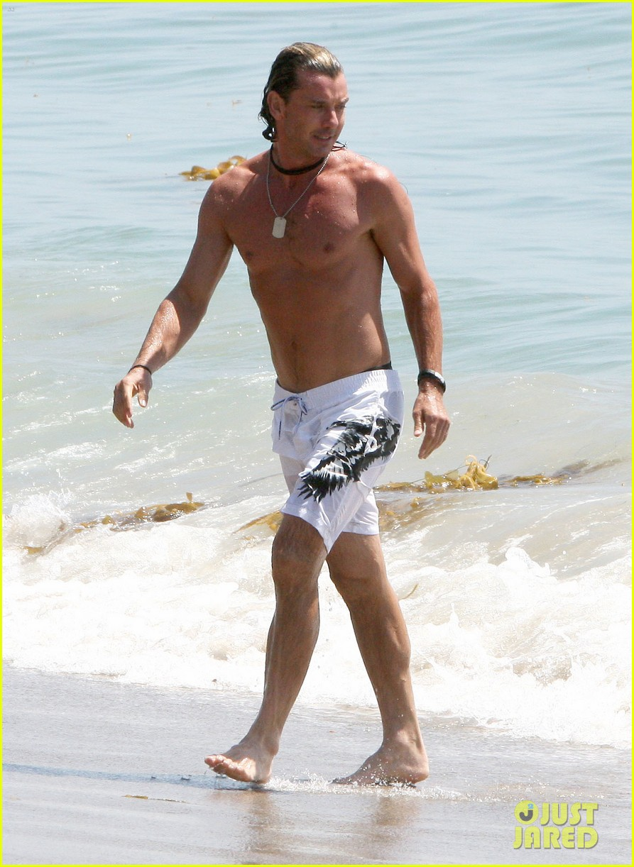 gavin rossdale displays washboard abs at the beach 013187483