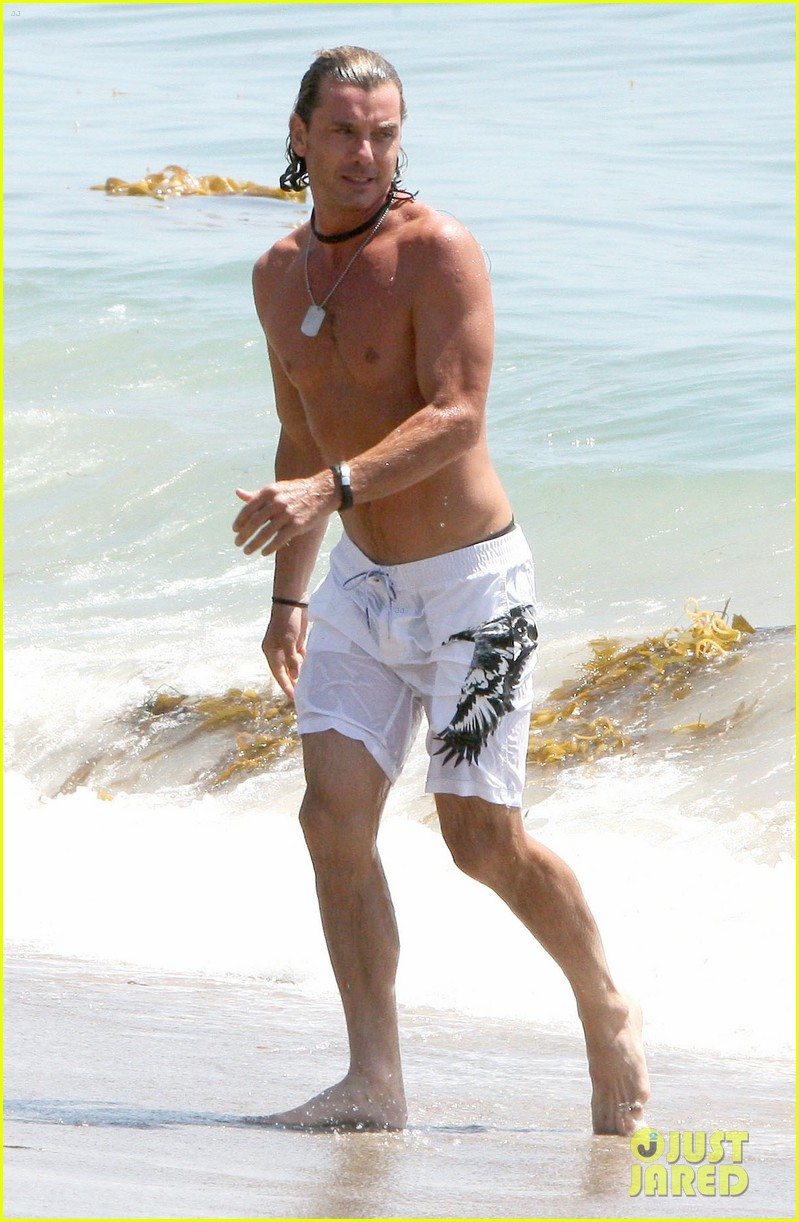 gavin rossdale displays washboard abs at the beach 03