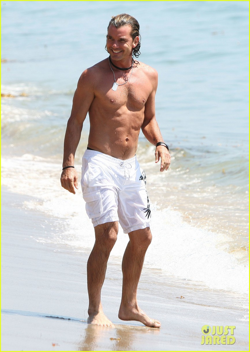 gavin rossdale displays washboard abs at the beach 053187487