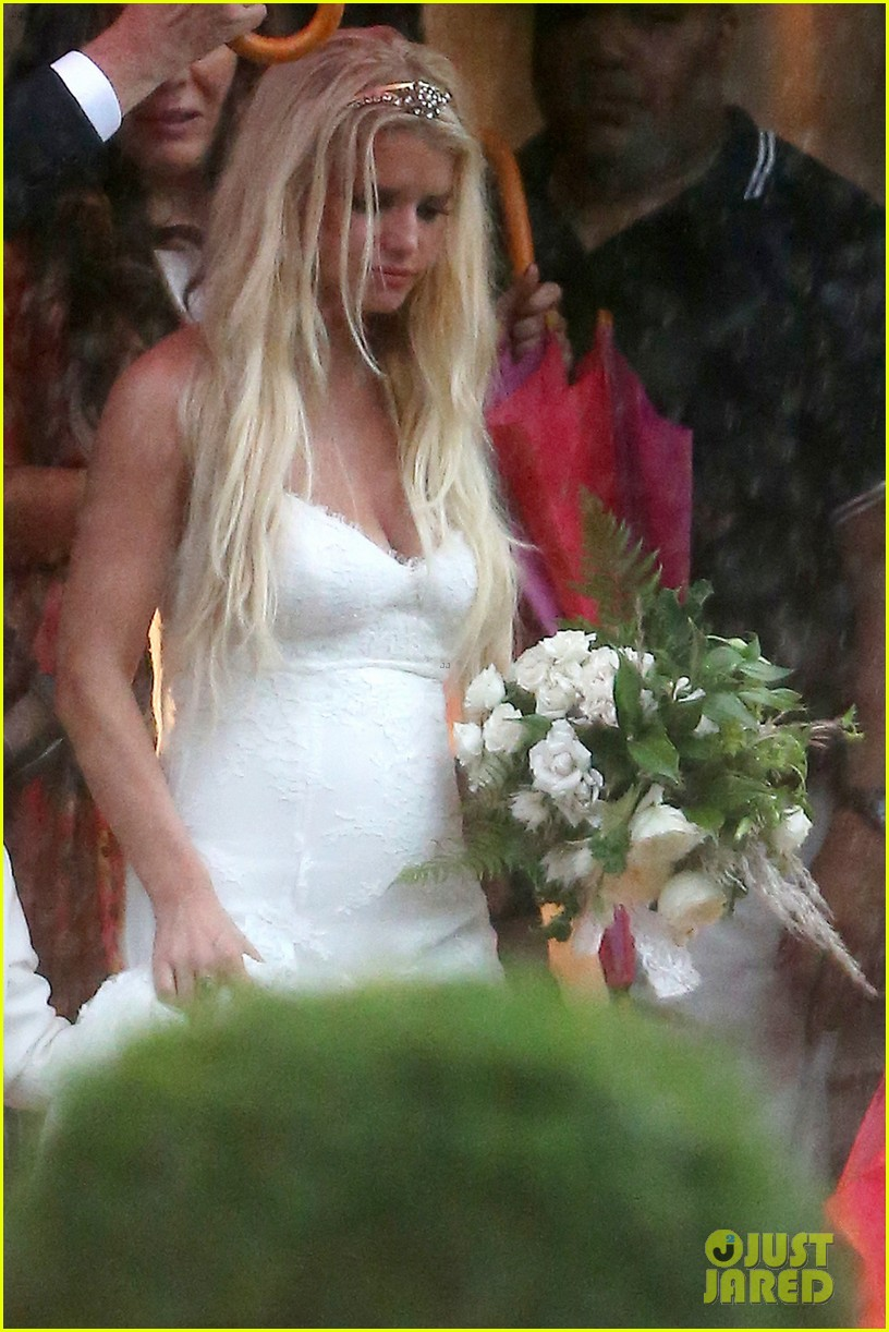 jessica simpson braves the rain for sister ashlees wedding in connecticut 053188302
