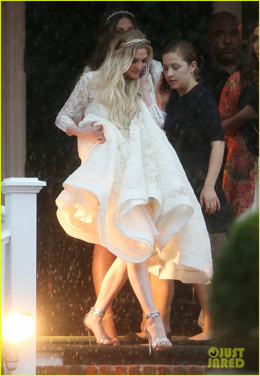 jessica simpson braves the rain for sister ashlees wedding in connecticut 103188307