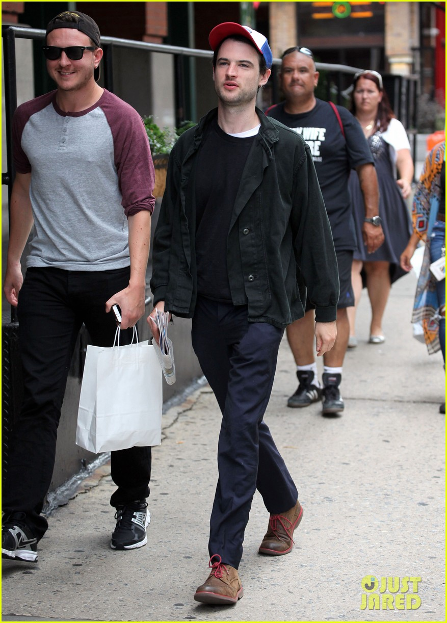 tom sturridge goes clean shaven in new york city 013187885
