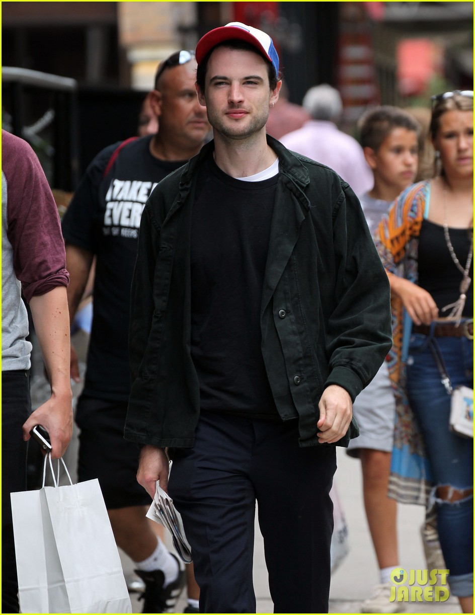 tom sturridge goes clean shaven in new york city 083187892
