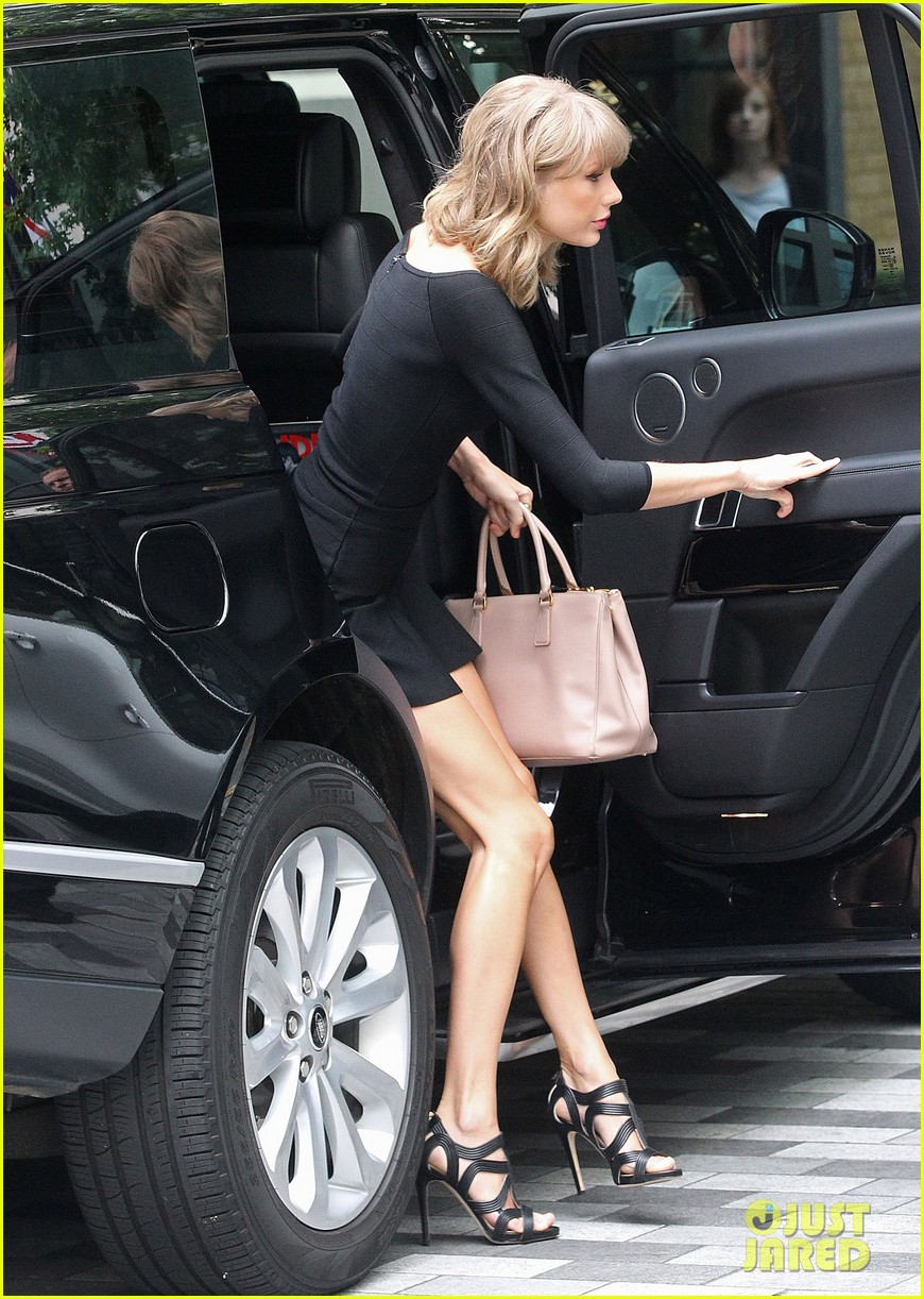 taylor swift loves her monogrammed pillows london 083188396