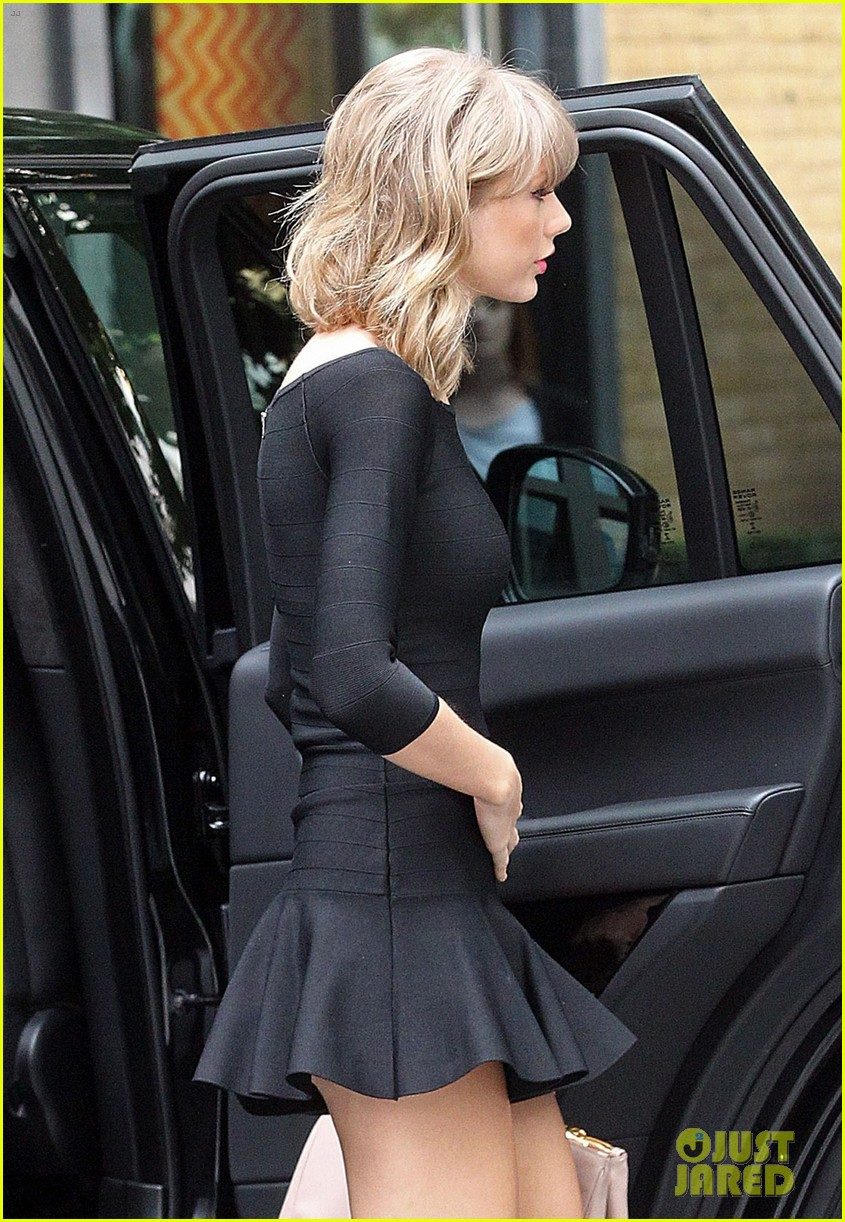 taylor swift loves her monogrammed pillows london 123188400