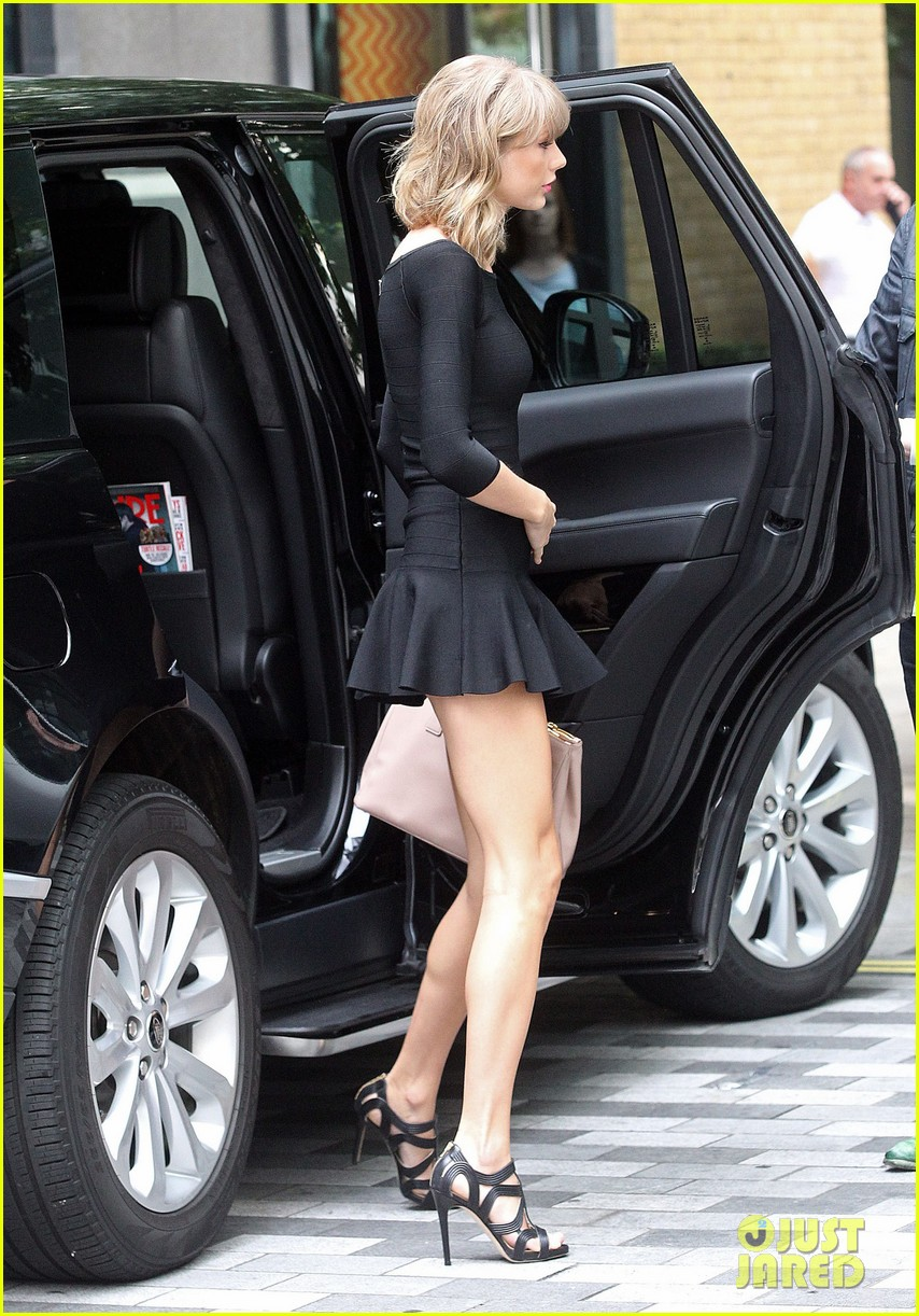 taylor swift loves her monogrammed pillows london 133188401