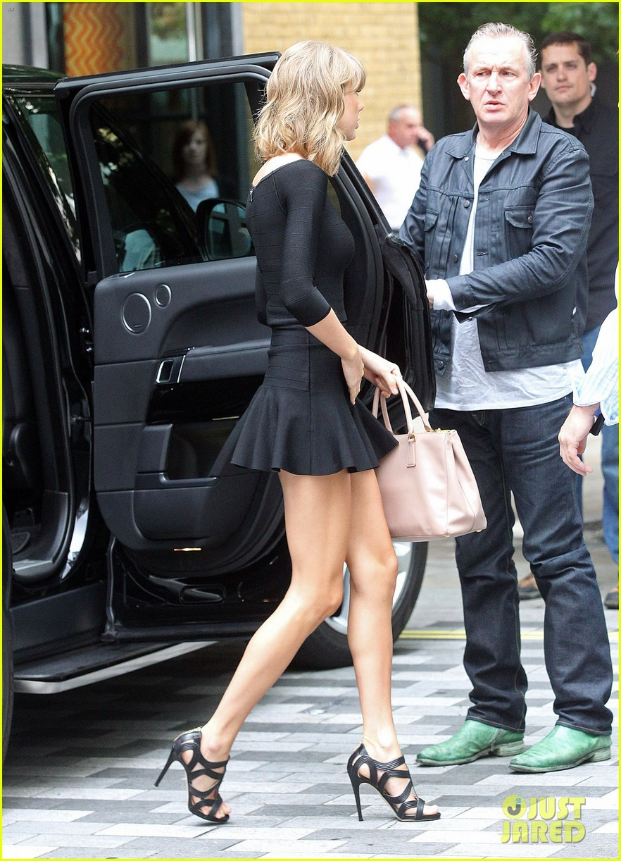 taylor swift loves her monogrammed pillows london 143188402