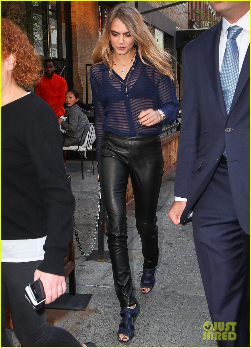 cara delevingne flashes black bra talking about kate moss 093225038