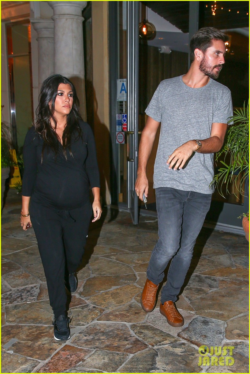 kourtney kardashian looks very pregnant on date night 123218125