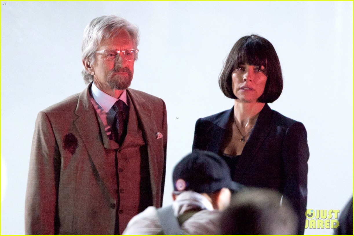 evangeline lilly dark short bob ant man filming 02