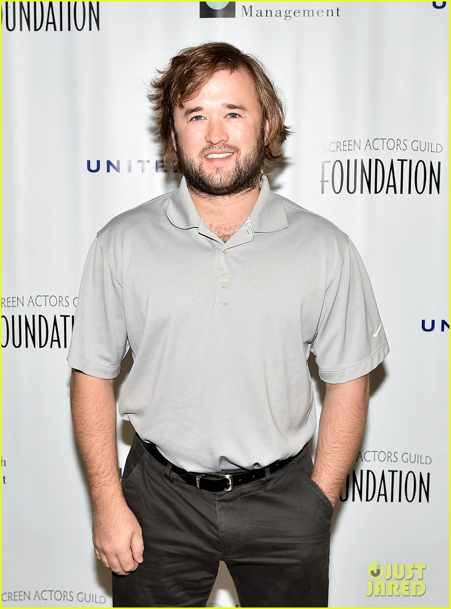 haley joel osment goes golding to benefit the sag foundation 073208648
