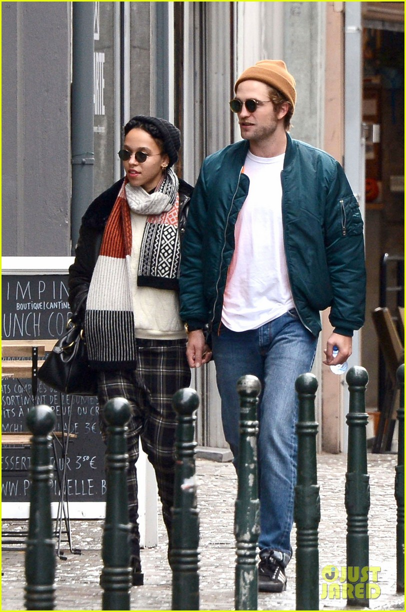 Full Sized Photo of robert pattinson fka twigs hold hands ... Robert Pattinson 2017