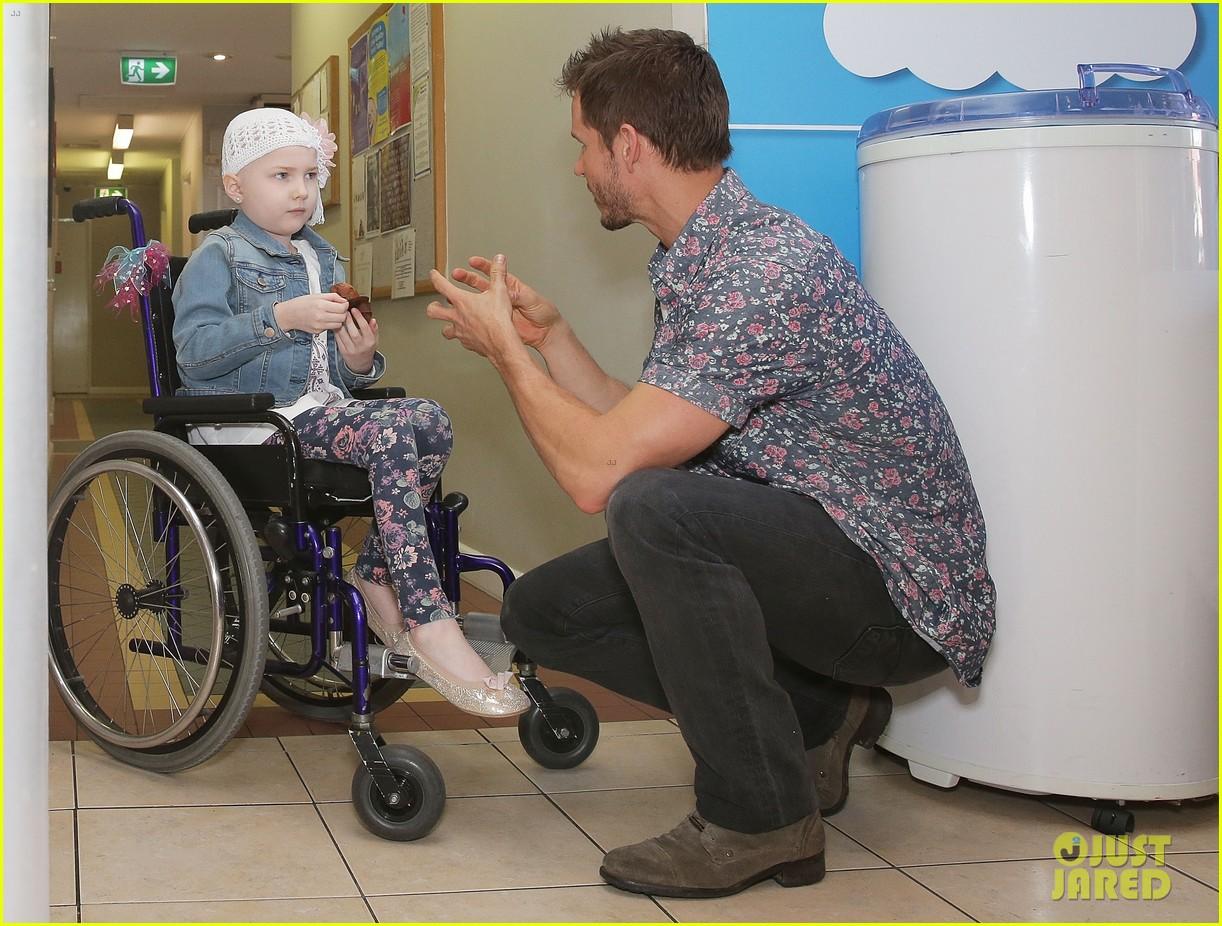 ryan kwanten visits sick children sydney 033220704
