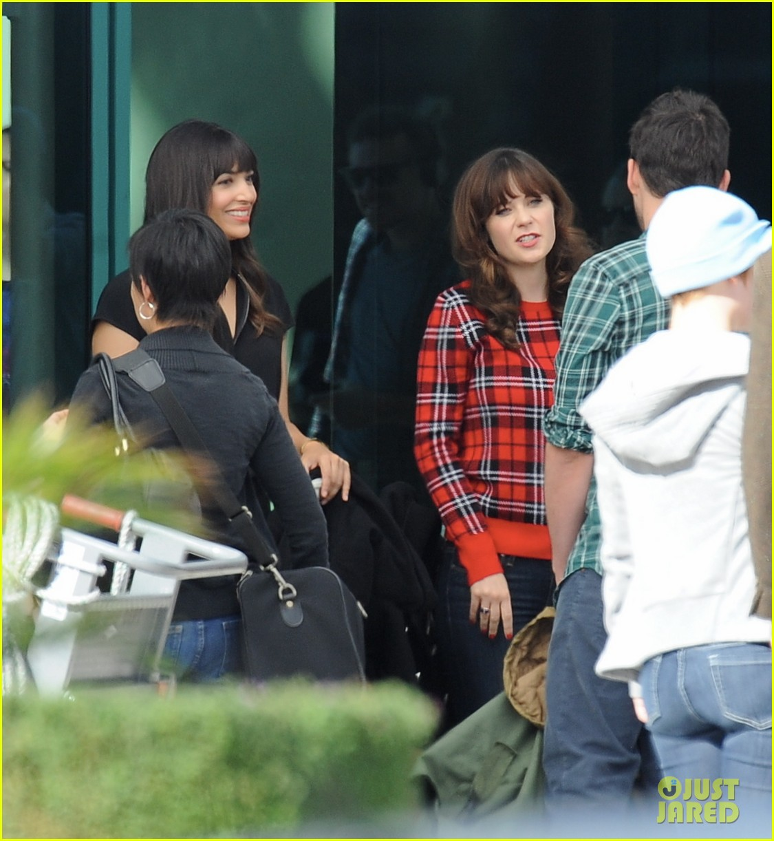 Zooey Deschanel Gets Ready for Christmas While Filming \'New Girl ...
