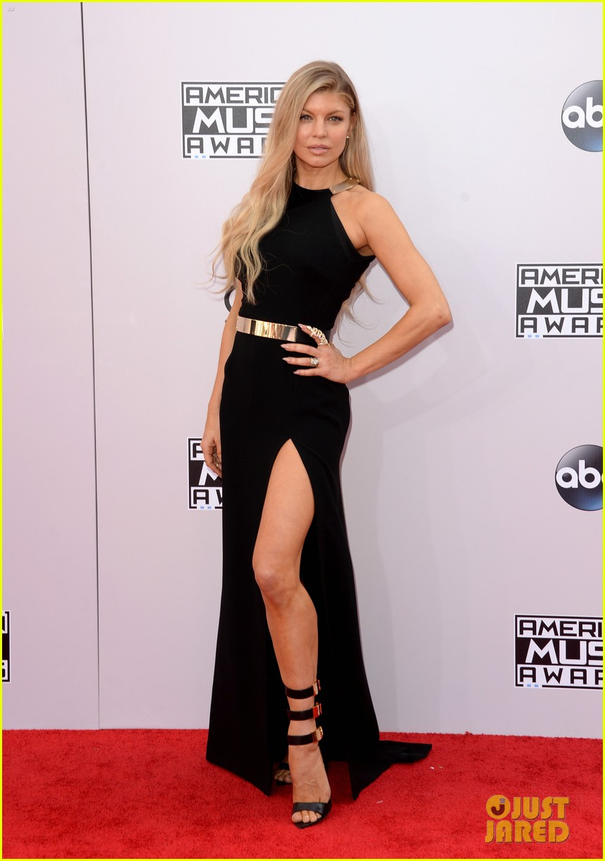 Fergie Shows a Ton of Leg at American Music Awards 2014
