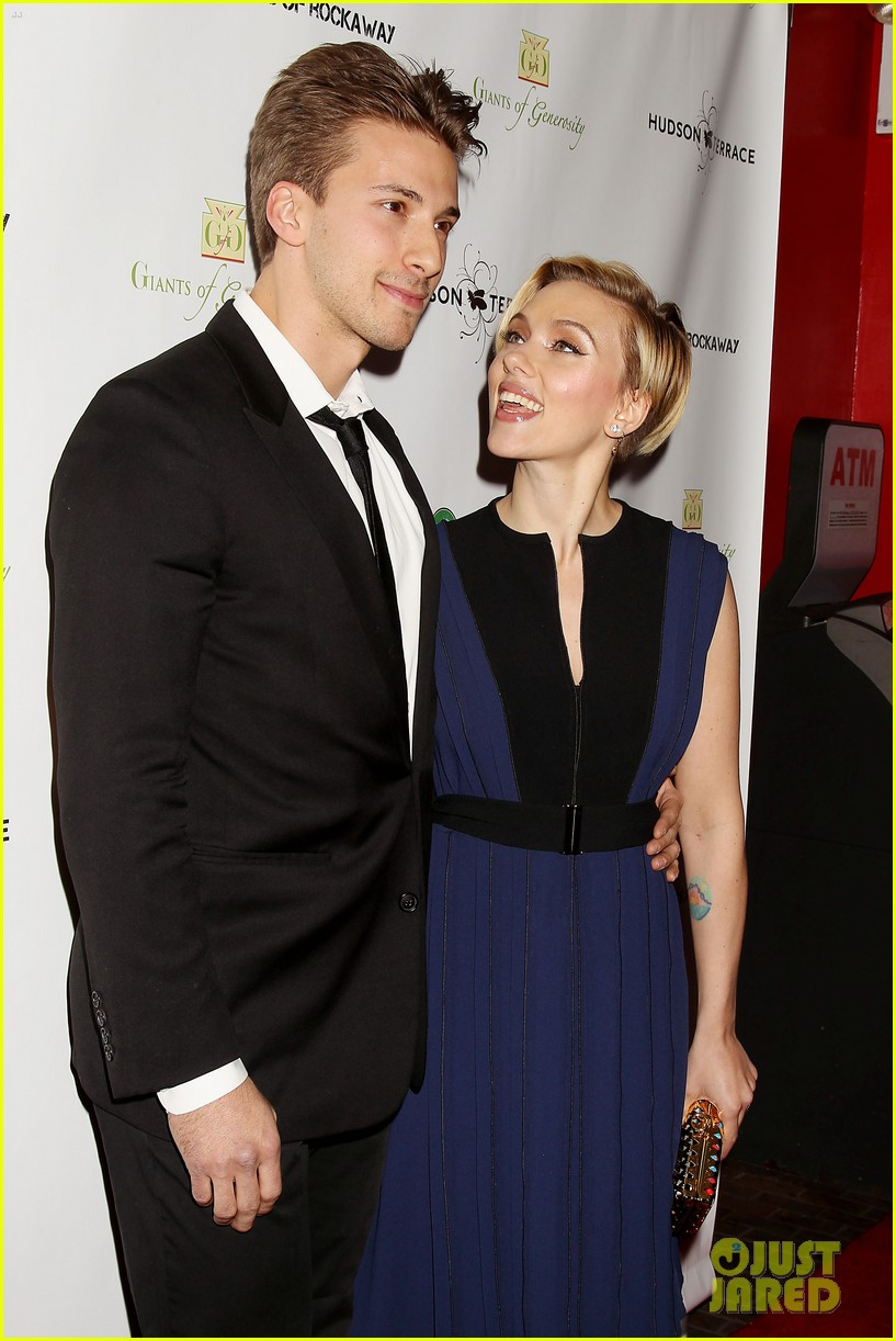Scarlett Johansson Amp Her Twin Brother Hunter Walk The Red