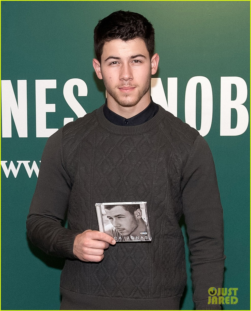 nick jonas gave fans hot chocolate 023245170