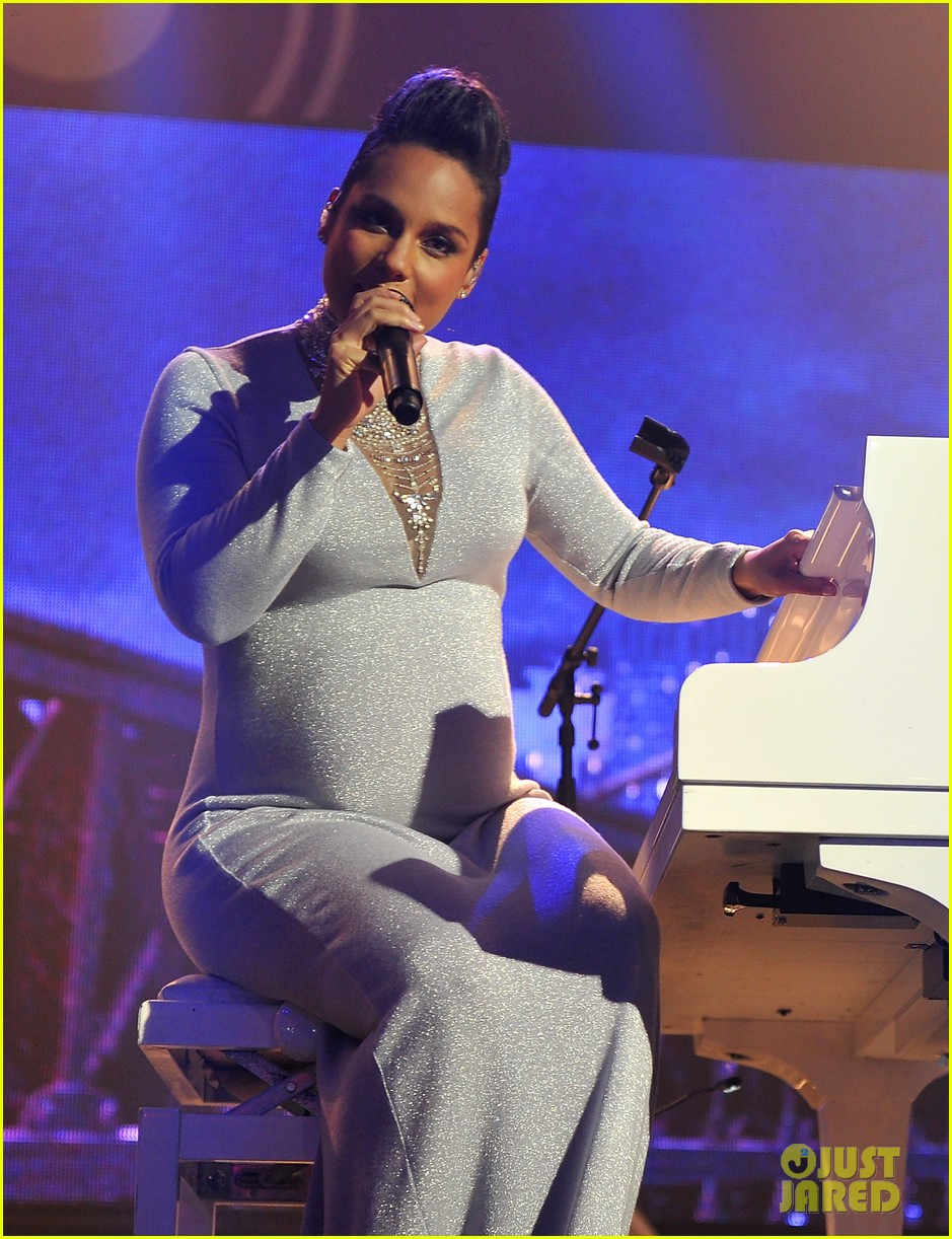 Singer Alesha showed a pregnant tummy and the father of the child 08.02.2013 89