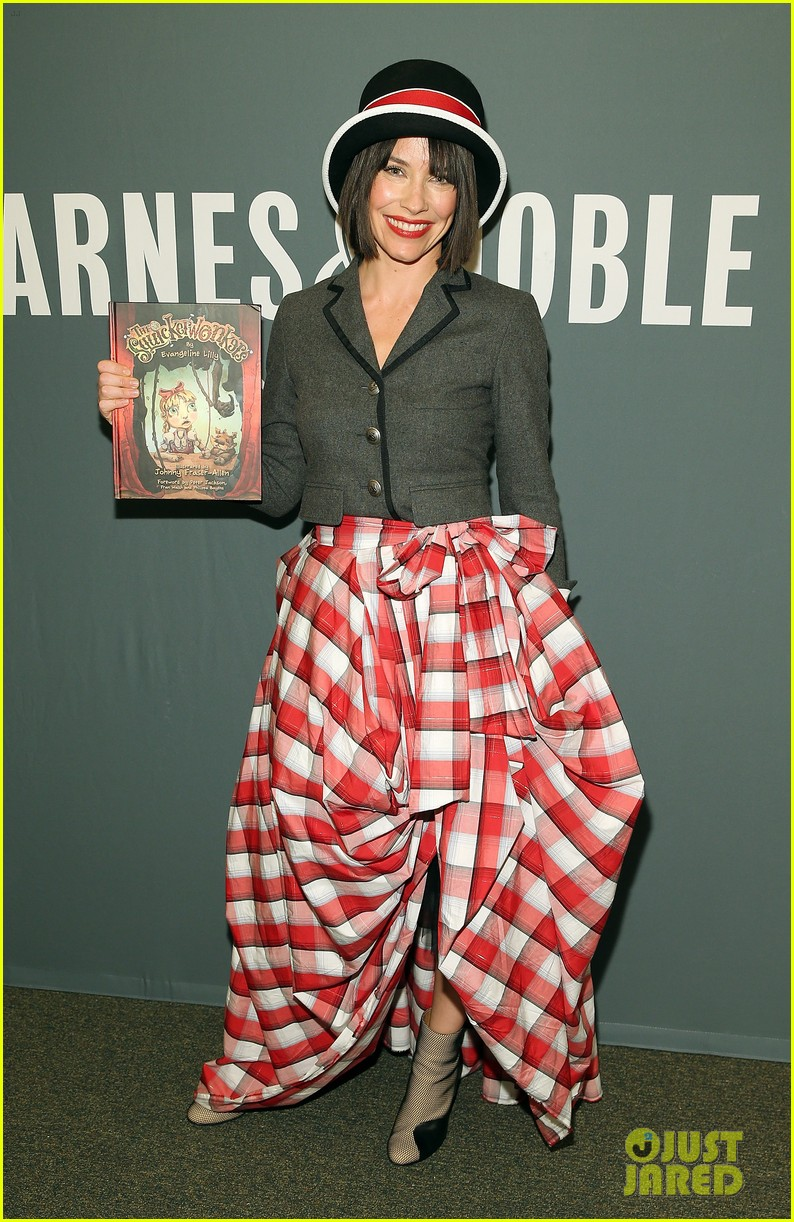 evangeline lilly chooses a very interesting ensemble to promote her new book 013244401